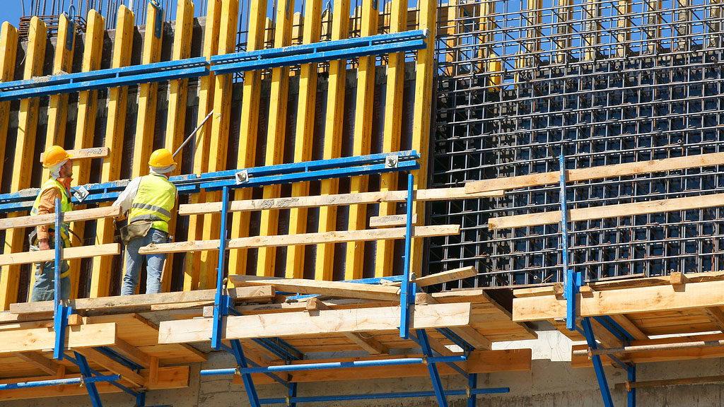 Due operai al lavoro nell'edilizia