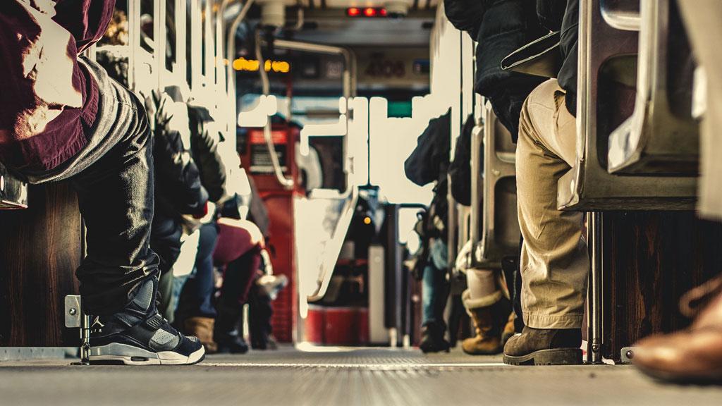 Uomini seduti in un autobus