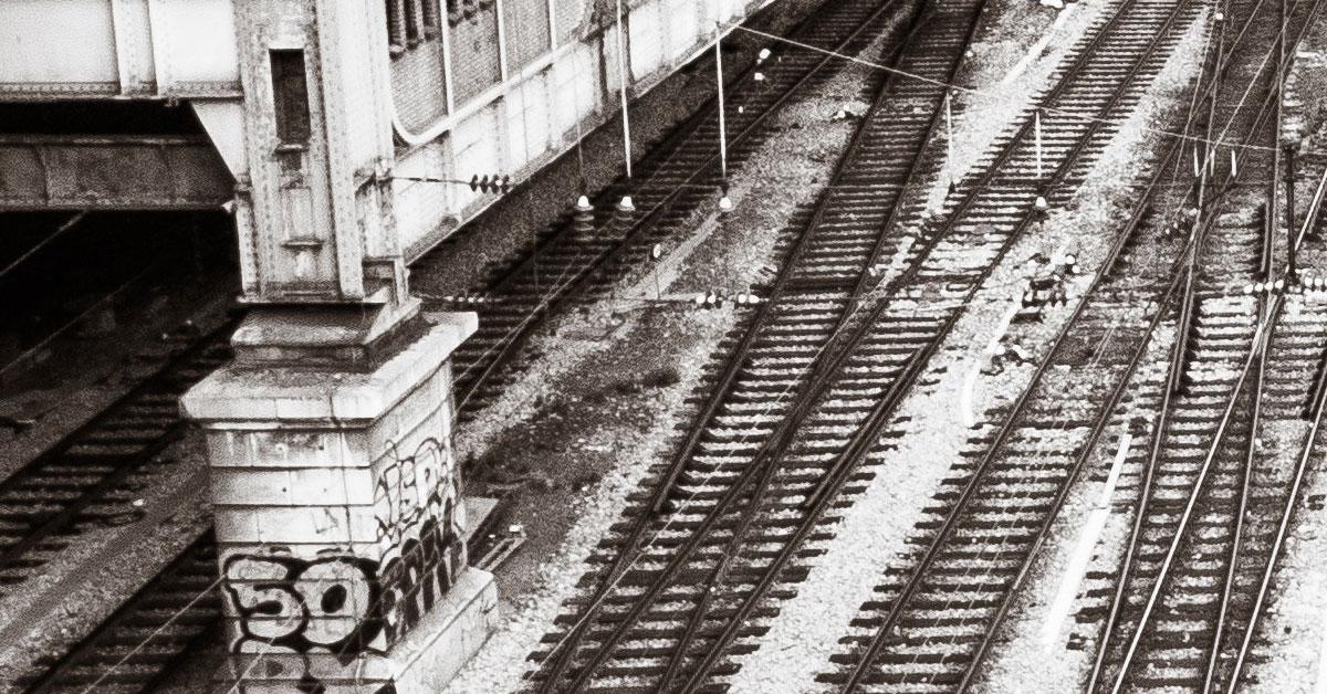 Rotaie ferroviarie viste dall'alto vicino a una stazione ferroviaria