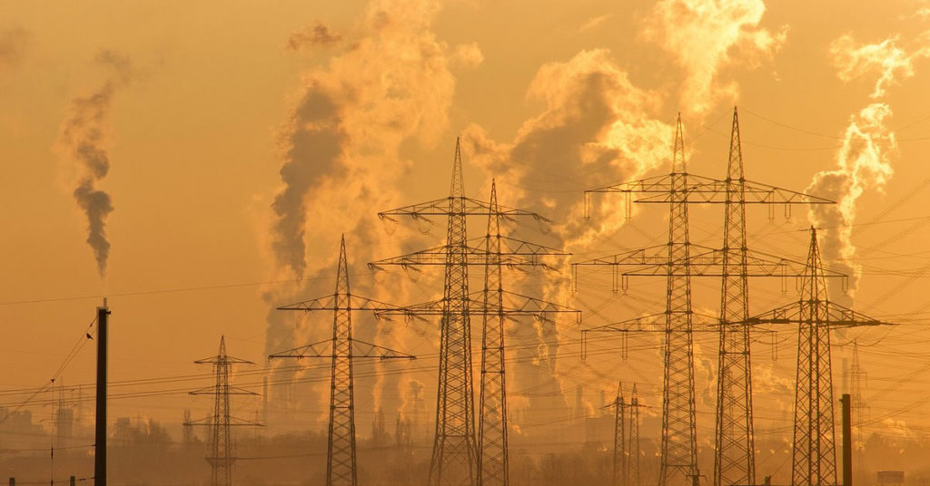 Pali dell'elettricità e ciminiere di una centrale elettrica