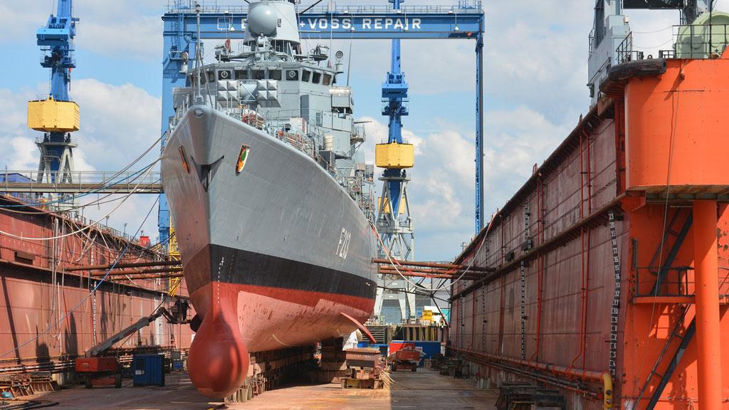 Una nave in un cantiere navale