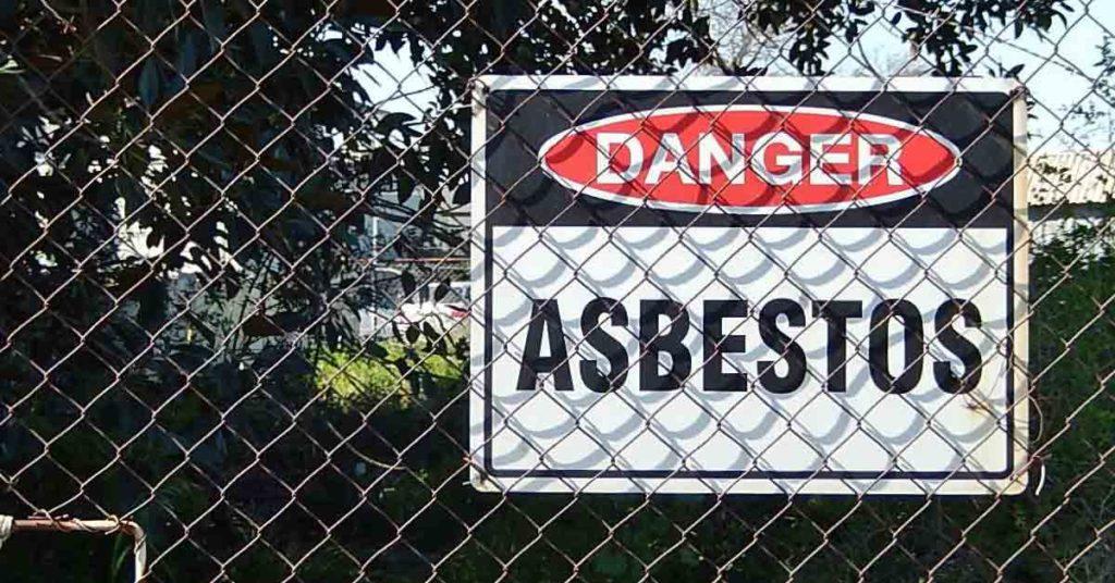 Un cartello che segnala una zona a pericolo amianto. Una nuova vittima fra gli ex lavoratori della Sacelit di Messina