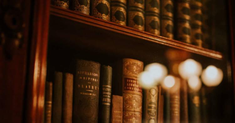 Libri di legge in una libreria. Cassazione: basta l'accertamento di un rischio rilevante per la Maggiorazione Contributiva Amianto