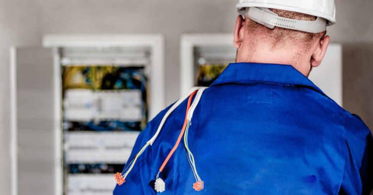 Un elettricista di schiena. Condannato il Ministero della Difesa per la morte di mesotelioma pleurico di un elettricista a bordo delle navi della Marina Militare