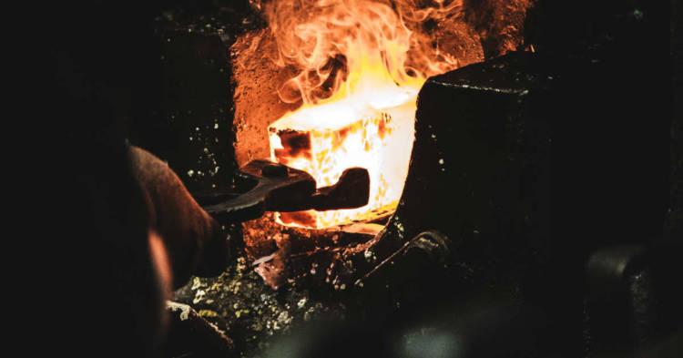 Ancora lontana la bonifica da amianto e inquinanti nell'ex Fonderie Necchi di Pavia. Un operaio di una fonderia al lavoro nell'immagine