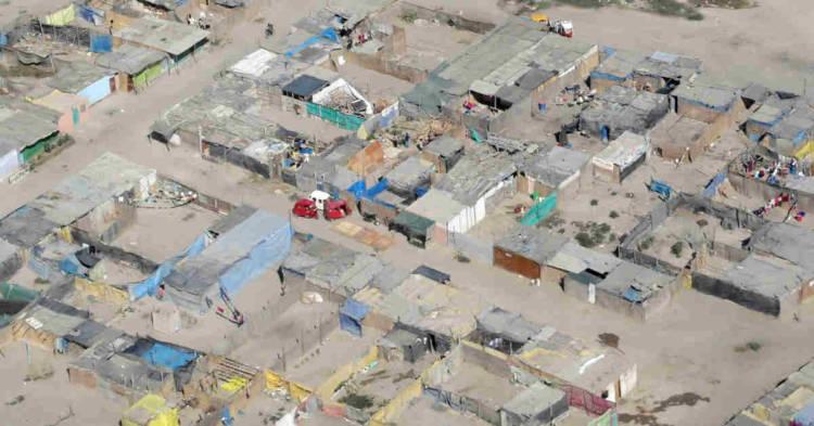 Un'immagine dall'alto di una baraccopoli. Gran parte delle coperture delle baracche abusive del messinese sono in eternit. Rischio per la salute