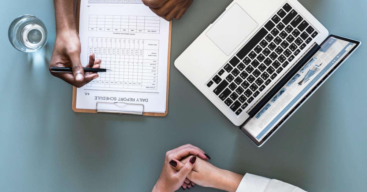 Medici controllano una lista cartacea. Cerca online con il nostro strumento di ricerca per i tumori professionali riconosciuti dall'INAIL