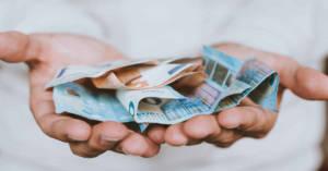 Un uomo offre denaro. L'INAIL verserà la differenza fra quanto già versato e quanto dovuto.