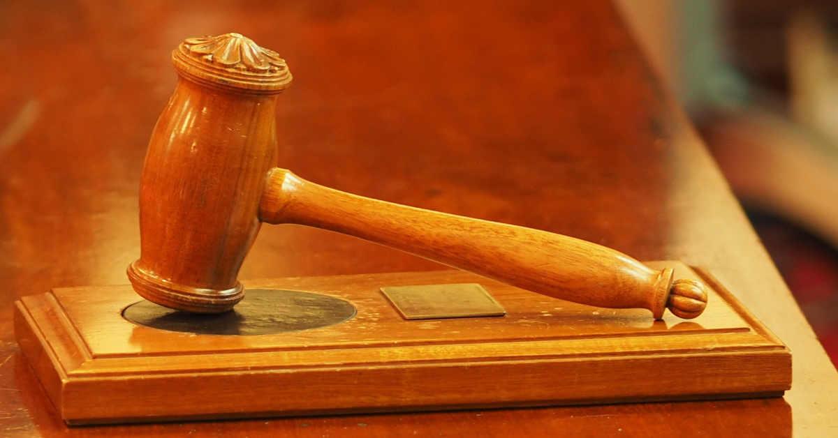Immagine del martelletto di un giudice. La Corte di Cassazione ha condannato Ansaldo al risarcimento del danno da amianto
