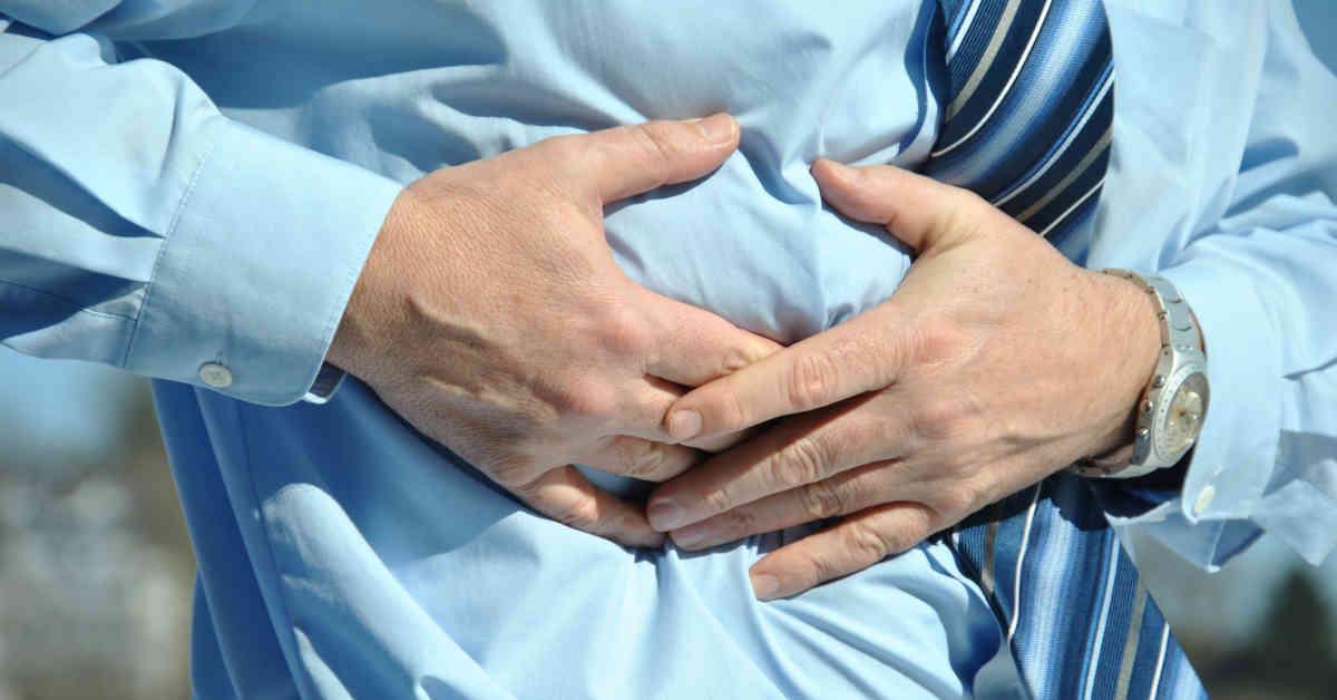 Uomo con dolore all'addome. L'angiosarcoma epatico è un tumore del fegato che può essere originato da esposizione a cloruro di vinile