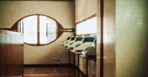 Immagine di calcolatori in fila in una stanza. Al processo Olivetti si discute sull'uso di talco contaminato nell'assemblaggio