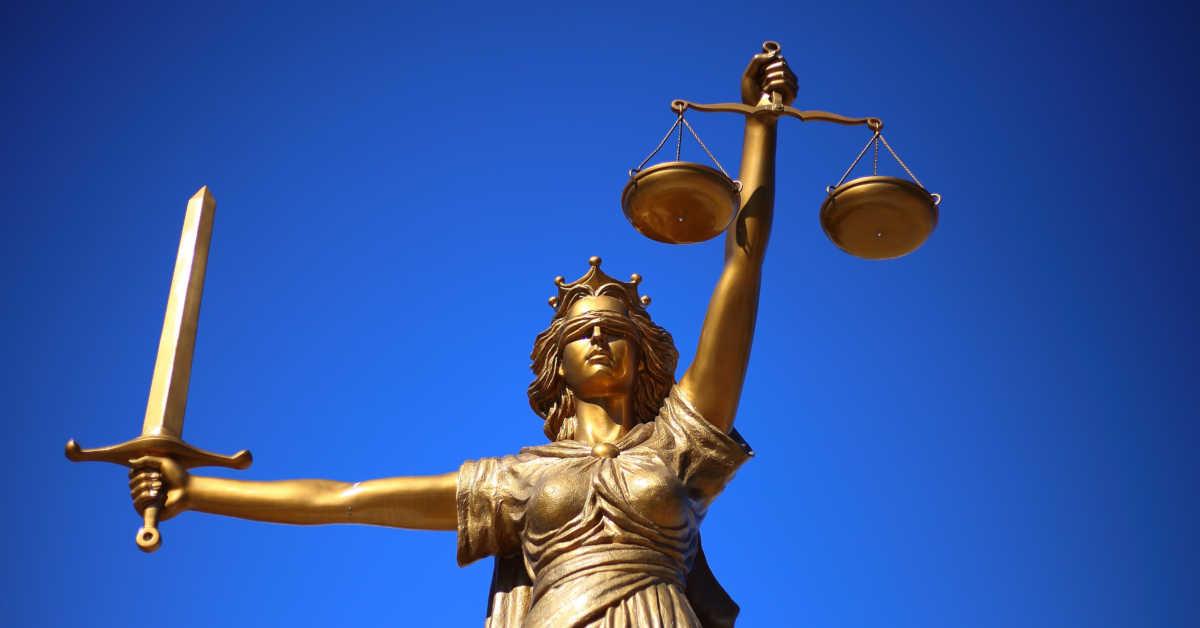 La statua della giustizia. A due anni dalla sentenza di assoluzione per i decessi da amianto ancora non depositata la sentenza