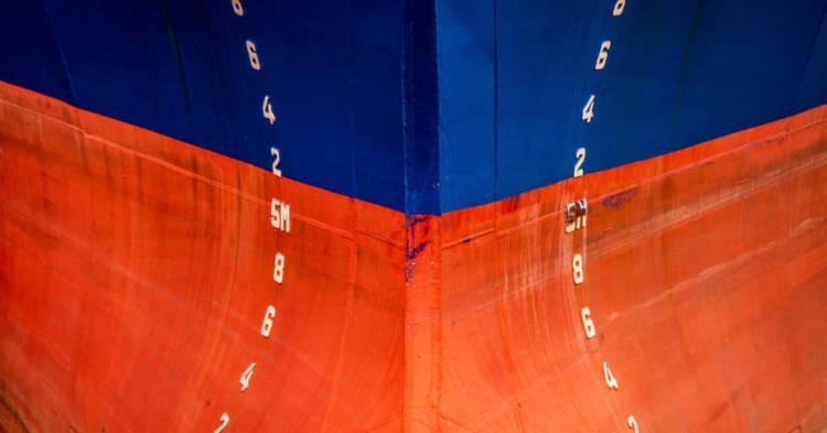 Immagine della prua di una nave. Il rischi amianto nel settore navale è stato molto alto per la presenza di amianto in stutture coibentanti delle navi