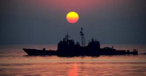 Una nave militare al tramonto. Sono stati assolti gli ammiragli della Marina imputati per le morti da amianto nel processo Marina Due