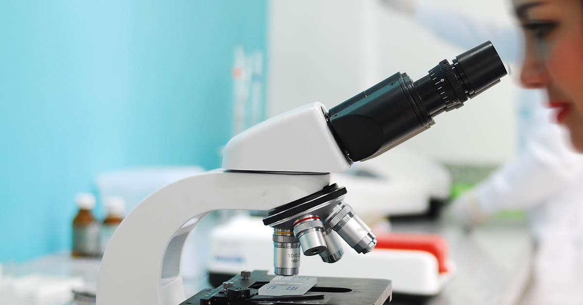 Una ricercatrice al microscopio. Farmaci immunoterapici efficaci nella cura del mesotelioma pleurico. I risultati di uno studio francese