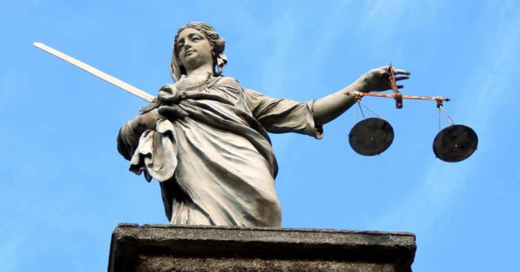 La statua della giustizia. Assoluzione per gli imputati del processo Montefibre Bis