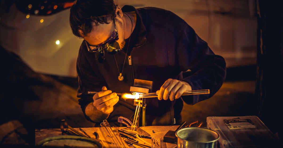 Un lavoratore dell'industria del vetro. Fu l'amianto a causare il mesotelioma della dipendente delle Vetrerie Riunite