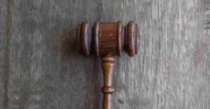 Un martelletto di Tribunale su un tavolo. È arrivata la sentenza di primo grado nel processo eternit di Cavagnolo. L'imprenditore svizzero patron dell'azienda condannato a quattro anni