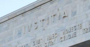 Particolare della facciata del Palazzo di Giustizia di Milano. Esposizione e morti da Amianto. Assolti gli ex vertici di Fiat, Alfa Romeo e Lancia