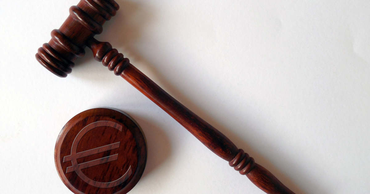 Martelletto del giudice in Tribunale. Risarcimento Malattie Professionale offre Assistenza Riconoscimento Malattia Professionale