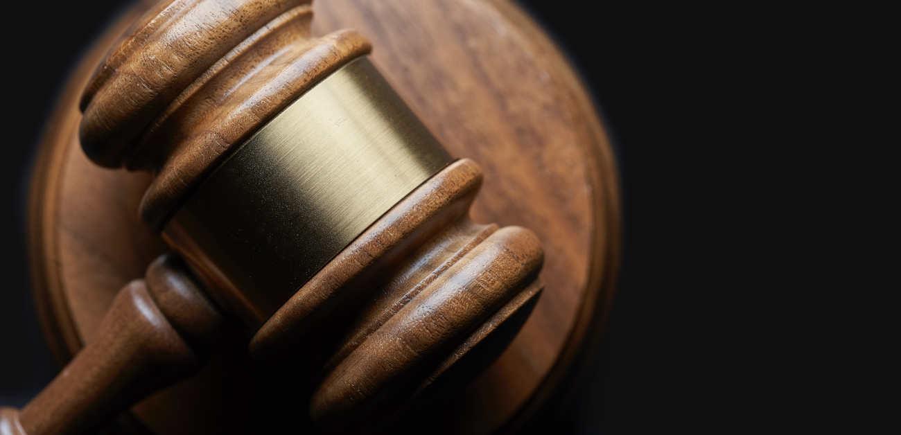 Martelletto del Tribunale. Il giudice del Tribunale di Varese assolve in primo grado il dirigente accusato di omicidio colposo per mancate tutele di sicurezza della dipendente deceduta per mesotelioma pleurico