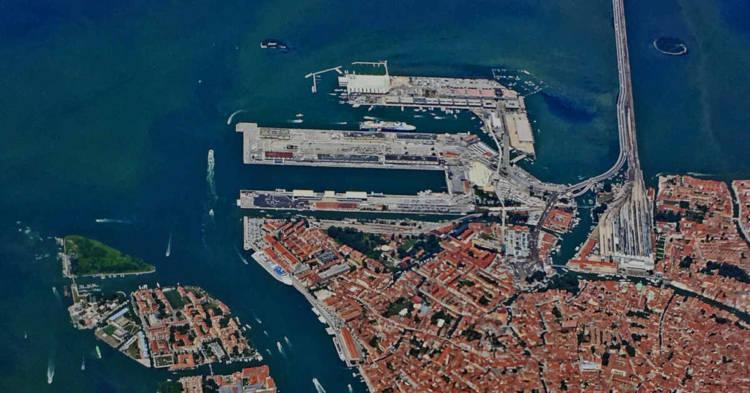 Vista aerea dell'area portuale di Venezia. Sentenza della Cassazione su un caso di Mesotelioma Pleurico