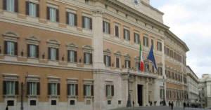 Entrata del Parlamento a Palazzo Montecitorio. Con Legge 58/2019 il Parlamento abroga le norme su danno differenziale e rivalsa INAIL introdotte con Legge 145/2018