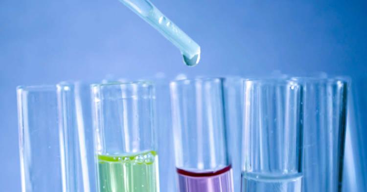 Boccette di laboratorio medico. Scoperti nuovi marcatori per la diagnosi e la prognosi del mesotelioma pleurico