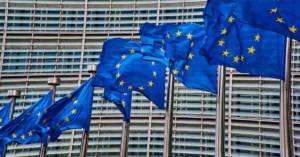 Bandiere della Comunità Europea. Direttiva UE 2019/130: esposizione agenti cancerogeni sul lavoro
