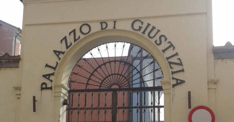 Entrata del Tribunale di Ferrara. A processo l'ex patron della Baltur di Cento per morte di un dipendente per mesotelioma