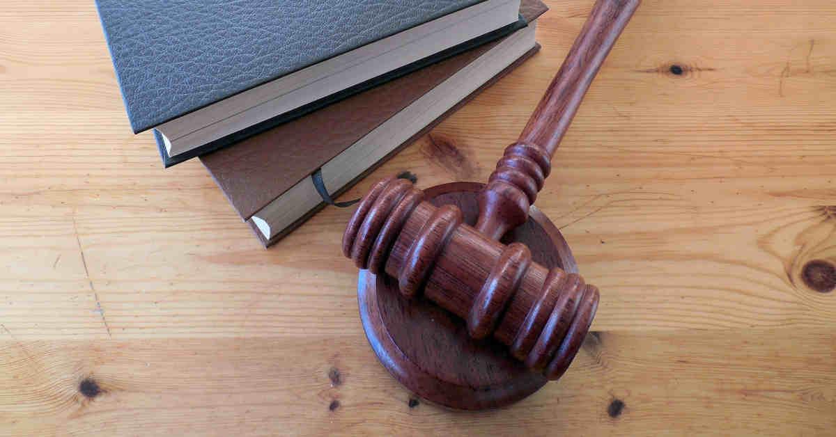 Martelletto di Tribunale e libri di legge. Al via il processo Marina Bis