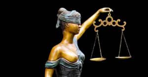 Statuetta della giustizia bendata. Assolti in appello gli imputati nel processo per le morti da amianto alla Montedison