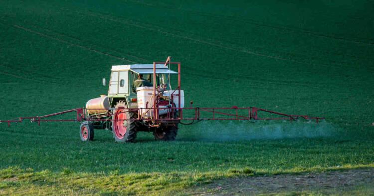 Diserbo su trattore. L'uso dell'erbicida dicamba in agricoltura. Esposizione associata a diversi tipi di tumore