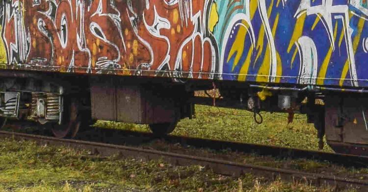 Rotaie e particolare di vecchia carrozza ferroviaria. Altro decesso per mesotelioma fra gli scoibentatori dell'ex Isochimica