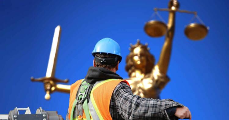 Un operaio di schiena di fronte alla statua della giustizia. Respinto il ricorso dei dipendenti Nuovo Pignone per esposizione ad amianto