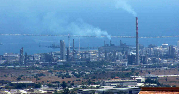 Vista del polo petrolchimico industriale di Siracusa