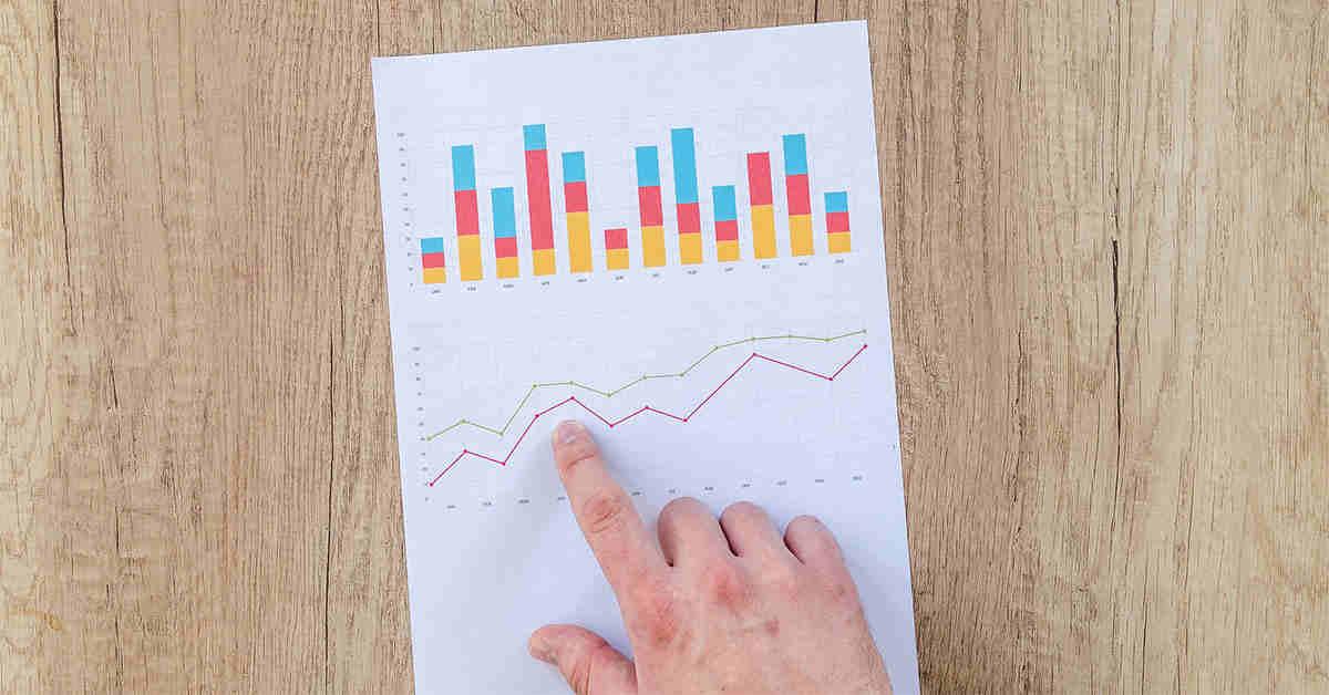 Grafici e statistiche su una tavola di legno