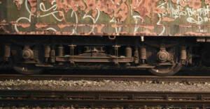 Particolare di carrozza ferroviaria su rotaie