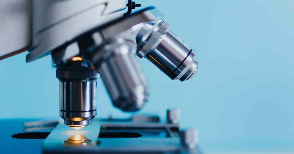 Microscopio per analisi biomediche