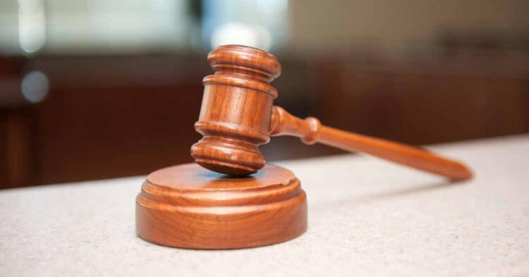 Martelletto del giudice in un'aula di tribunale
