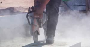 Un lavoratore mentre taglia una pietra