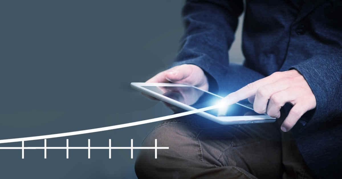 uomo con tablet ed infografica statistiche