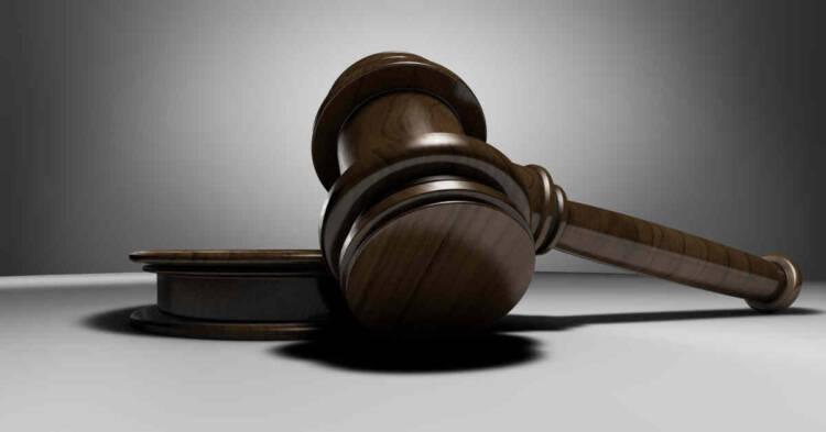 Martelletto sul tavolo in aula di tribunale