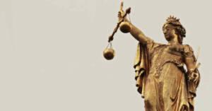 Statua in oro della giustizia