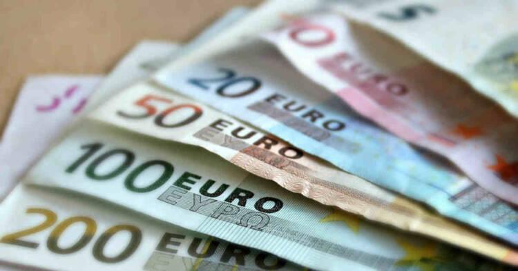 banconote su un tavolo