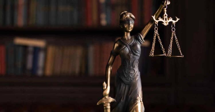 Statuetta della giustizia bendata