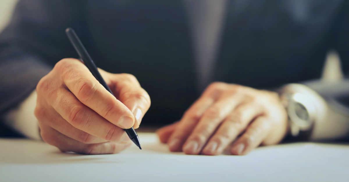 Ministro che firma una legge