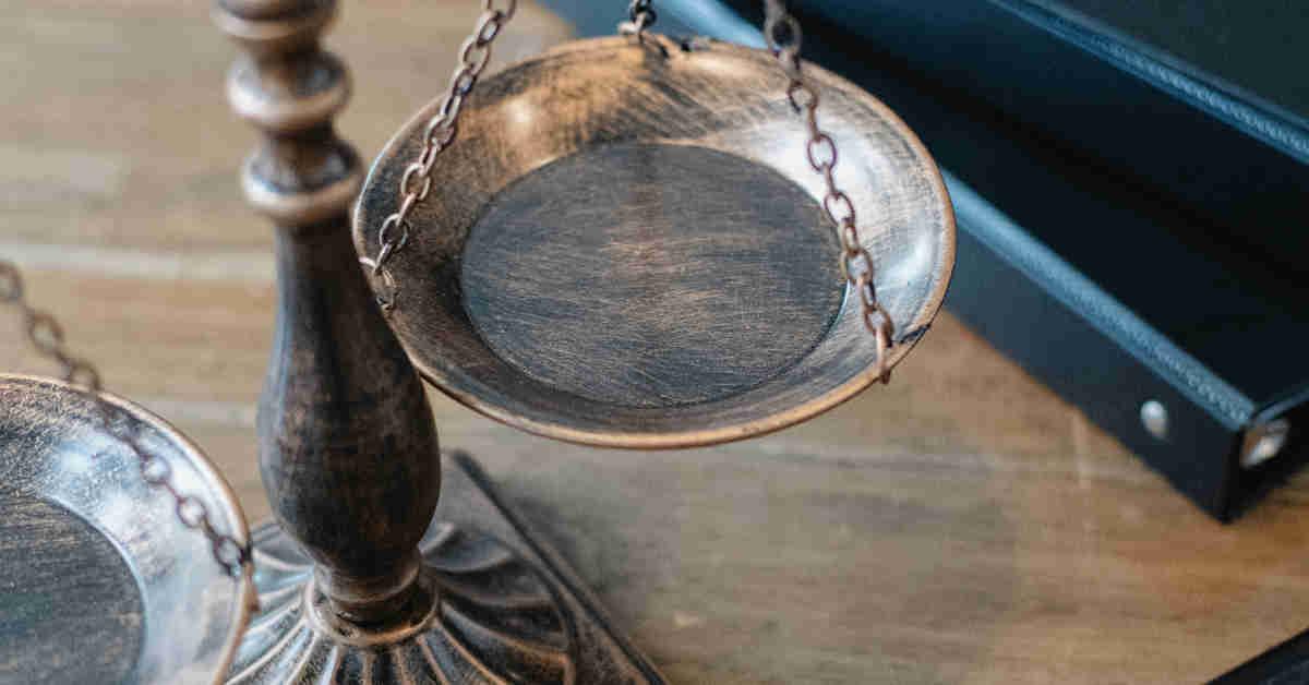 Bilancia in bronzo a simboleggiare la giustizia