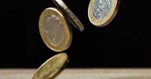 Monete che cadono dall'alto