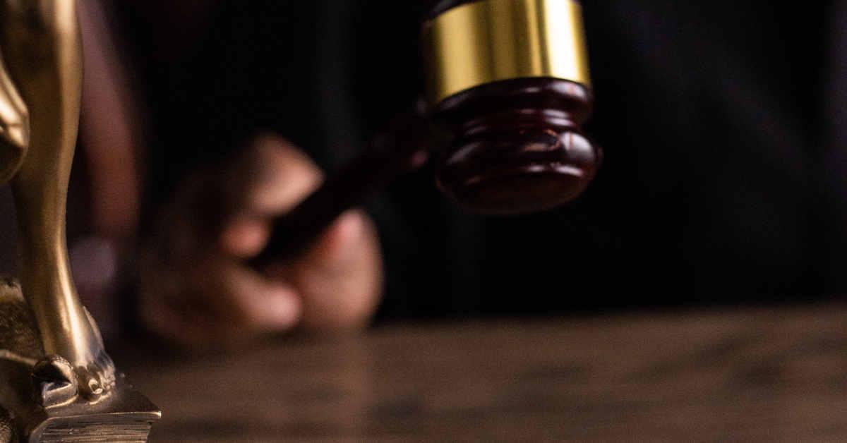 Giudice con martelletto in una aula di tribunale